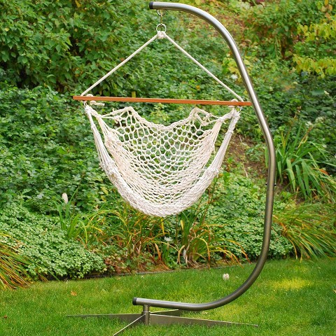 Ce genre de chaise hamac est auto suspendu et dispose de sa propre potence