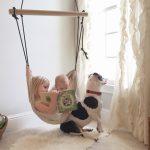 Ce hamac enfant installé dans une chambre peut recevoir un petit et sa soeur
