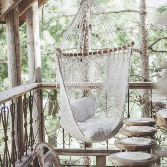Esprit dentelles et crinoline pour cette chaise hamac