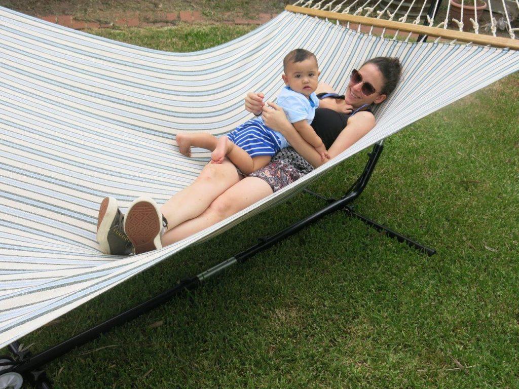 Maman et bébé dans le hamac pour une sieste caline et confortable
