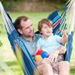 Papa et bébé prtagent cette chaise hamac pour la sieste