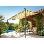 Tonnelle adossée avec une structure fer forgé sur une terrasse avec piscine