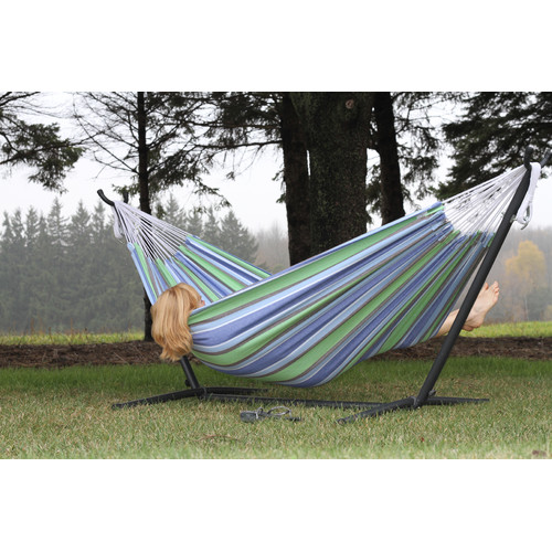 Un hamac sur pied de style actuel pour un repos en duo