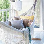 Un hamac suspendu sur une terrasse ou le plaisir d'une sieste à l'abri