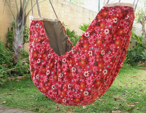 Un tissu fleuri sera parfait pour envelopper un petit dans un hamac enfant