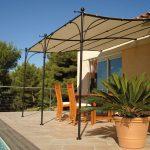 Une tonnelle adossée en bord de piscine est idéale pour un apéro convivial en été