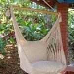Une très jolie chaise hamac qui pourra s'intégrer à beaucoup de déco de jardin