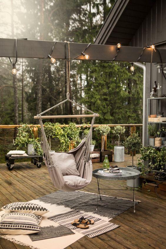 Chaise hamac mise en ambiance sur cette terrasse