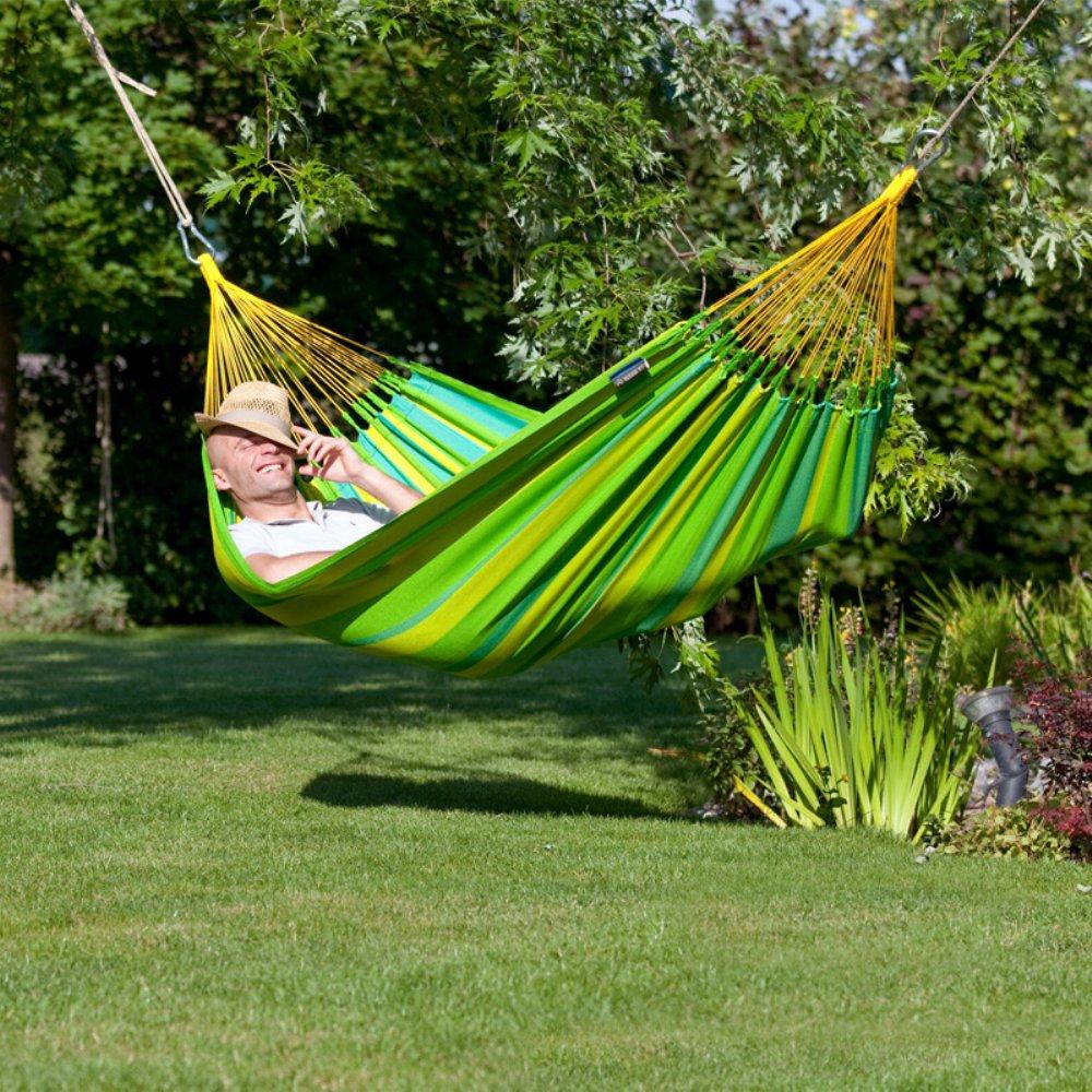 Hamac suspendu dans le jardin c'est la détente et le repos assurés