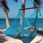 Hamac suspendu entre 2 cocotiers sur une île de rêve