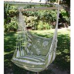 Un coin d'ombre et une branche d'arbre suffisent pour installer une chaise hamac