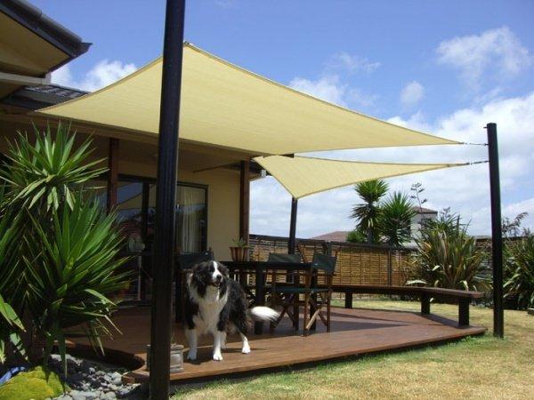 2 voiles d ombrage triangulaires caramel mat pour terrasse avec 4 colonnes d attache