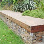 Banc de jardin avec mur en gabions en guide d assise pour 2 panneaux de bois massif