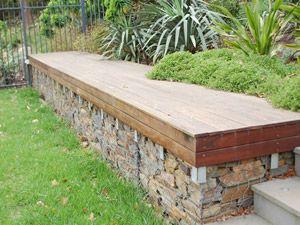 Banc de jardin avec mur en gabions en guide d assise pour 2 panneaux ...