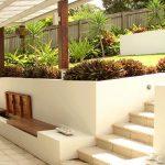 Banc de jardin blanc ultra design et epure avec assise bois