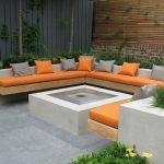 Banc de jardin design assise integree au muret avec coussins