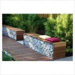 Banc de jardin design bois avec mur en gabions
