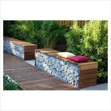Banc de jardin design bois avec mur en gabions - Salon de ...