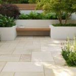 Banc de jardin design epure planche de bois integree dans du beton