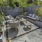 Banc de jardin design facon banquette integree dans mobilier exterieur