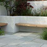 Banc de jardin design planche de bois dans muret