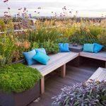 Banc de jardin design pour terrasse d appartement avec elements vegetaux integres
