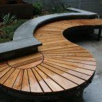 Banc de jardin en bois original et design en lattes formant la lettre s