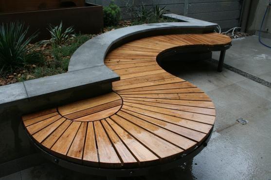 Banc de jardin en bois original et design en lattes formant la ...