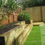 Banc de jardin en bois traite avec integration d'un jardiniere sur les cotes et derriere le dossier