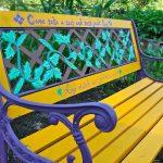 Banc de jardin fer forge peint dans des couleurs vives jaune voilet et bleu