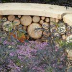 Banc exterieur en bois avec habillage buche de bois en dessous