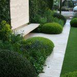 Banc exterieur epure dans jardin a l anglaise