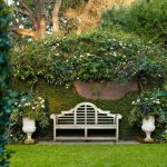 Banc exterieur plein de charme pour un jardin plein de verdure