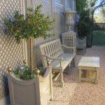 Banc jardin beige avec table basse et mobilier exterieur