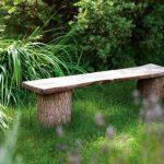 Banc jardin rustique avec deux buches larges de bois et une planche
