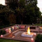 Brasero design sur terrasse en bois dans jardin