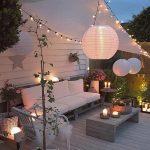 Decor avec luminaires exterieurs bougies boules guirlandes lumineuses et photophores