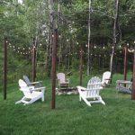 Delimiter une zone de jardin avec eclairage exterieur suspensu aux branches des arbres par des guirlandes de lumiere