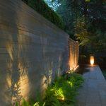 Eclairage exterieur en contre plongee pour muret design et mise en valeur de vegetaux