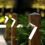 Eclairage exterieur piquet bois design pour allee