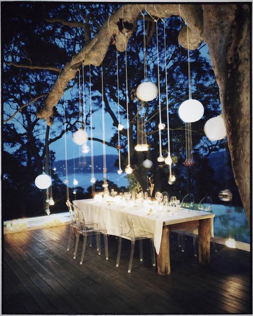 Eclairage exterieur sur branches d un arbre avec lapions et boules chinoises