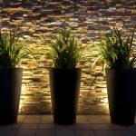Eclairage led maison exterieur bas mural derriere grands pots de fleurs design