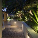 Eclairage led maison exterieur design le long d une allee