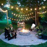 Guirlande ampoule pour eclairage exterieur dans petit jardin avec brasero