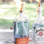 Idee deco bouteille alcool detournees en bougie pour eclairage exterieur