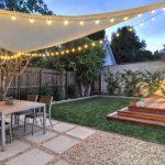 Idee voile d ombrage mat triangulaire decoree avec guirlande ampoules pour soiree