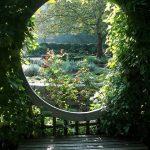 Instant detente pour ce banc exterieur bois et ce cercle d observation vers le jardin