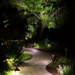 Jardin avec allee lumineuse et mise en valeur de buissons et de massifs de fleurs