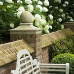 Joli petit banc de jardin blanc 2 places