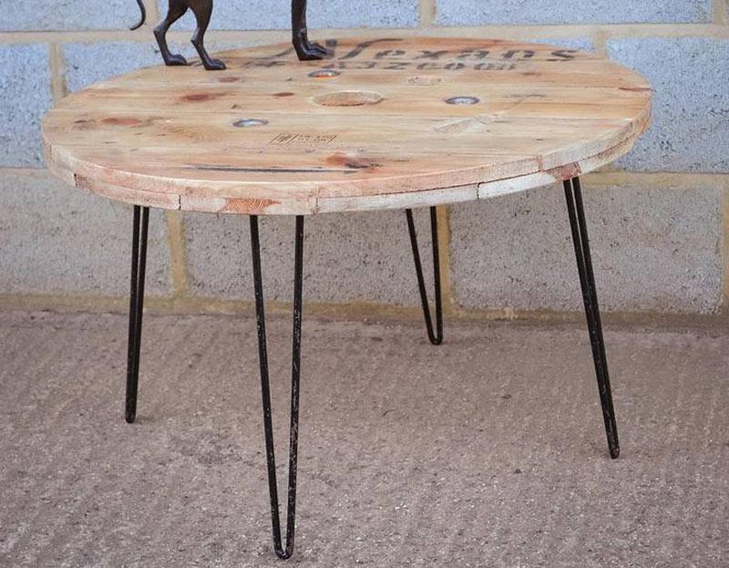 Jolie table de jardin ronde bois brut et ses 4 pieds en fer